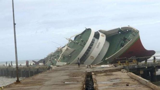 Kapal Chantika 10 yang karam di Pelabuhan Seba Pulau Sabu, Kabupaten Sabu Raijua, Provinsi Nusa Tenggara Timur (NTT).