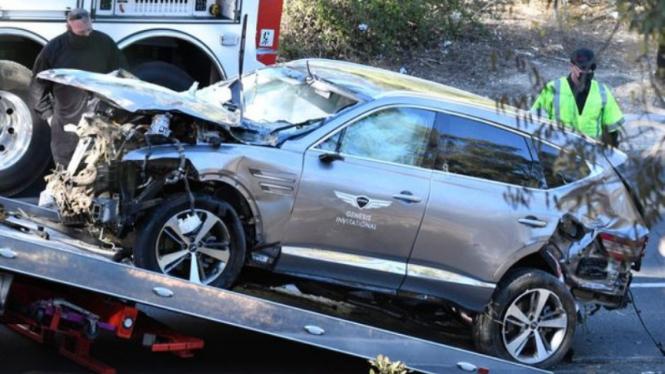 Mobil Tiger Woods usai kecelakaan parah.