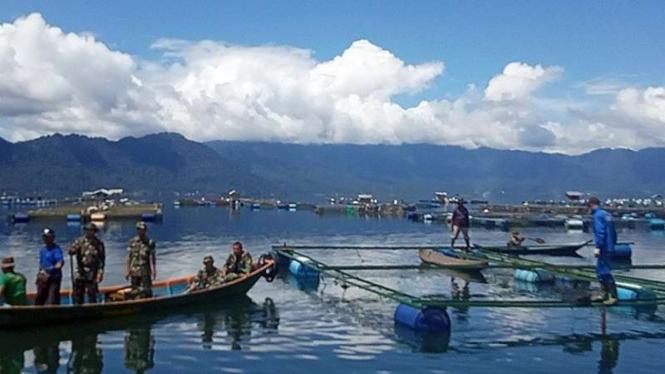 Pembersihan jala dan keramba di danau Maninjau