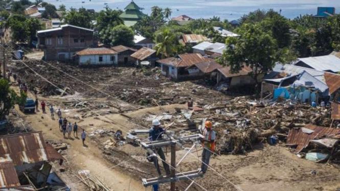 Sejumlah petugas memperbaiki jaringan listrik yang terputus akibat banjir bandang di Adonara Timur, Kabupaten Flores Timur, Nusa Tenggara Timur (NTT), Kamis, 8 April 2021.
