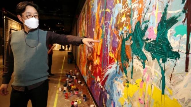 Kang Wook, Kepala Street Noise exhibition di Lotte World Mald menunjuk lukisan yang dirusak.