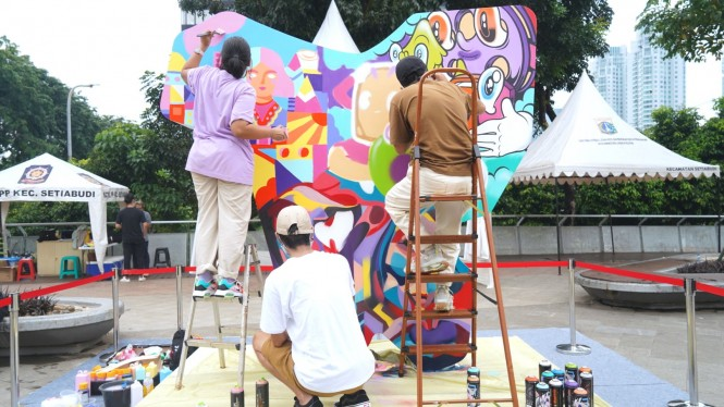 Live mural oleh ketiga seniman di kawasan Taman Dukuh Atas, Jakarta