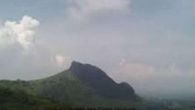 Siluet gambar Gunung Budeg yang diyakini sebagai jejak kawah gunung api purba di Tulungagung, Jawa Timur.