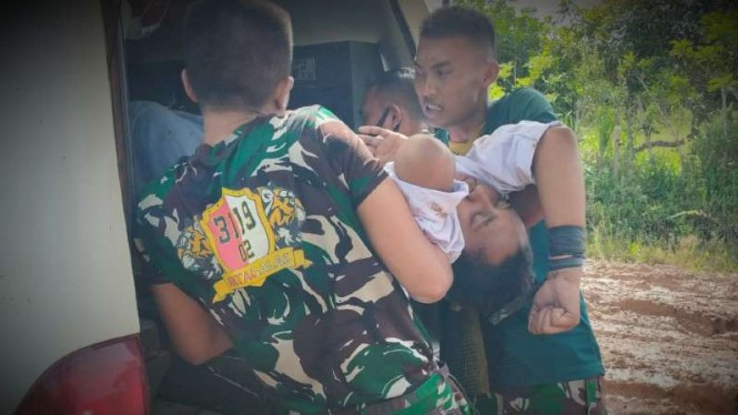 VIVA Militer: Prajurit TNI evakuasi Putri.