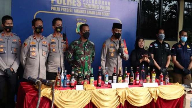 Polres Pelabuhan Tanjung Priok musnahkan ratusan minuman keras