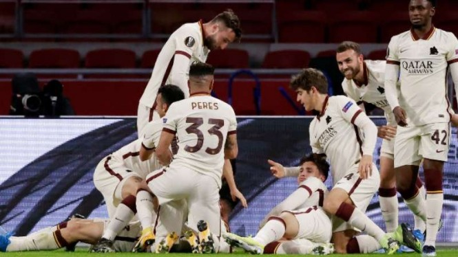 Pemain AS Roma rayakan gol Roger Ibanez.