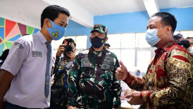 Plt Gubernur Sulsel, Andi Sudirman Sulaiman Berbincang dengan Siswa