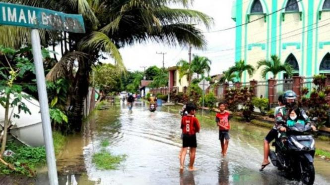Air banjir mulai menggenangi sejumlah lokasi di Tanjung Selor, Bulungan, Kalimantan Utara, Jumat, 09 April 2021.