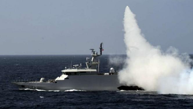 VIVA Militer: KRI Kujang-642 tembakan rudal di perairan Natuna