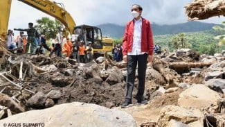 Presiden Jokowi Meninjau Lokasi Banjir Bandang di Lembata, NTT