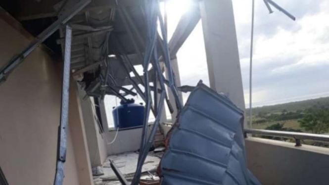 Sebuah bangunan rusak setelah diterjang badai siklon tropis Seroja di Kabupaten Sabu Raijua, Nusa Tenggara Timur (NTT), pada Minggu, 4 April 2021.