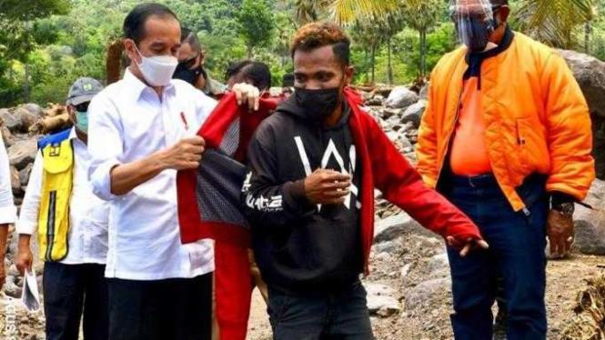 Presiden Jokowi Memberi Jaket yang Dikenakannya ke Korban Banjir NTT