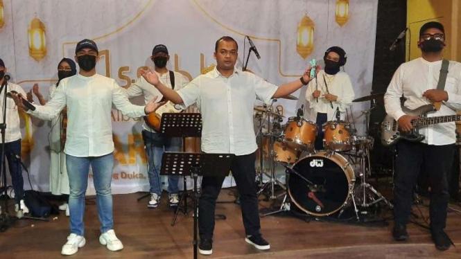 Grup band Assahlan yang dibentuk oleh seorang dokter penyintas COVID-19 yang memainkan lagu-lagi bernuansa religi dengan lirik hasil inspirasi dari pengalaman si dokter berjuang melawan virus corona.