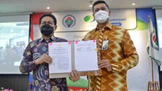 Direktur Utama BPJAMSOSTEK, Anggoro Eko Cahyo, melakukan langsung penandatanganan MoU bersama dengan Menteri Desa, PDT dan Transmigrasi, Abdul Halim Iskandar, di kantor Kementerian Desa, PDT dan Transmigrasi, Jumat (9/4).