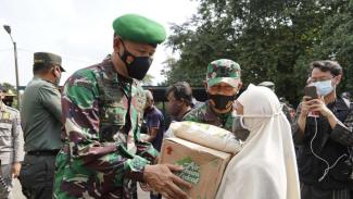 VIVA Militer: Danrem 061/SK berikan bantuan warga terdampak COVID-19