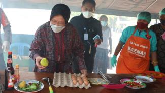 Presiden didampingi Menteri Sosial (Mensos) Tri Rismaharini mengunjungi Posko tanggap bencana di Puskesmas Waipukang, Kecamatn Ile Ape, Kabupaten Lembata, Nusa Tenggara Timur (NTT).