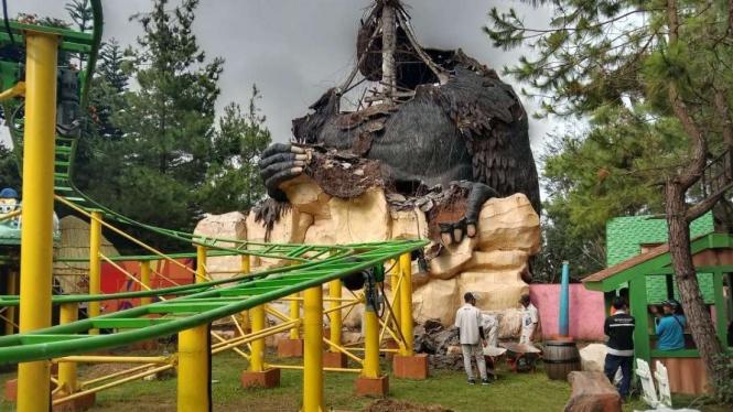 6071a5098f44b patung ikonik gorila di jawa timur park 2 kota batu ambruk akibat gempa 665 374 - Jatim Park 2 Rusak Imbas Gempa M 6,1 Malang
