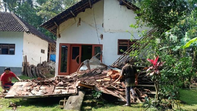 Rumah rusak akibat gempa di Malang, Jatim.