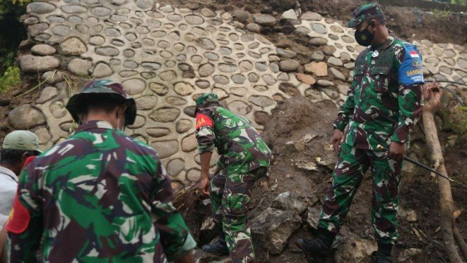 VIVA Militer: Prajurit Zeni TNI AD di lokasi bencana banjir bandang Bima.