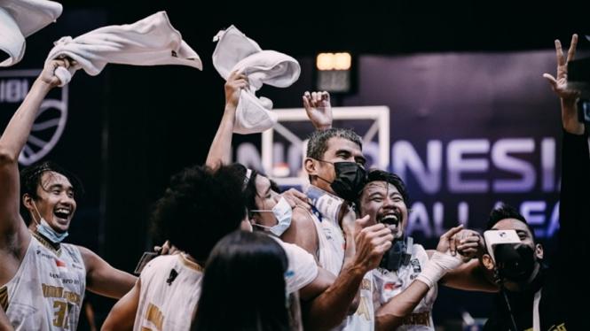 Pemain Bima Perkasa merayakan kelolosan ke play-off IBL 2021