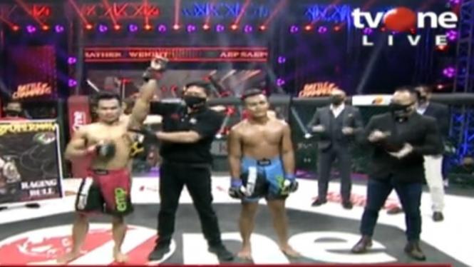 Aep Saepudin pertahankan sabuk juara kelas Featherweight One Pride MMA.