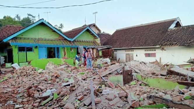 Rumah runtuh milik Sutrisno akibat gempa bumi selatan Malang