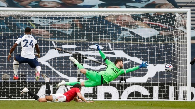 Edinson Cavani cetak gol saat Manchester United melawan Tottenham Hotspur