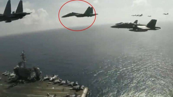 VIVA Militer: Sukhoi Malaysia terbang di atas kapal induk Amerika.