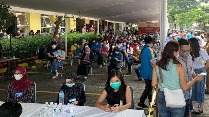 Vaksinasi massal di Kota Bandung, Senin, 12 April 2021.