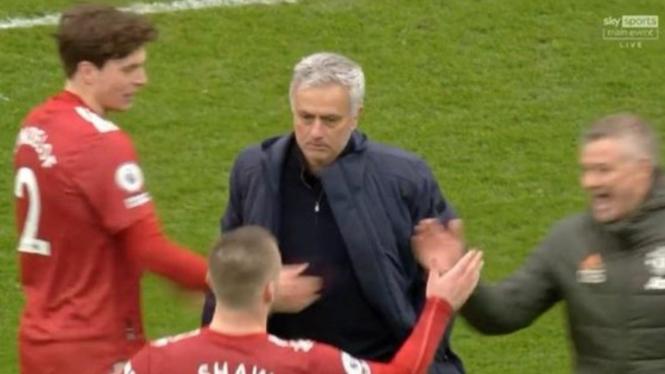 Shaw merayakan kemenangan di depan Mourinho yang muram