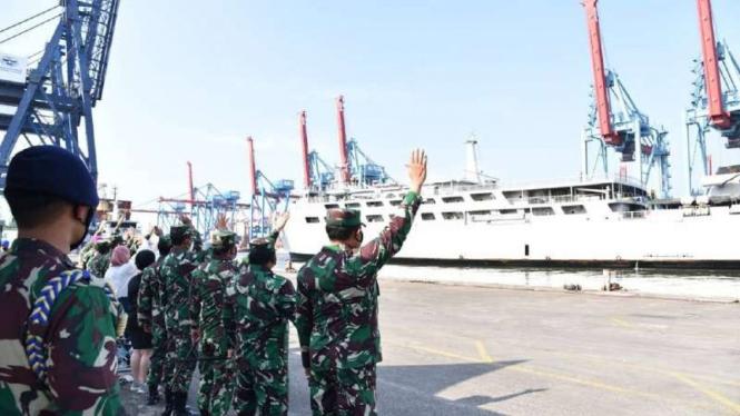 VIVA Militer: KSAL lepas kapal perang pembawa bantuan untuk korban banjir NTT