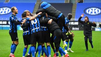Pemain Inter Milan dan Antonio Conte merayakan kemenangan