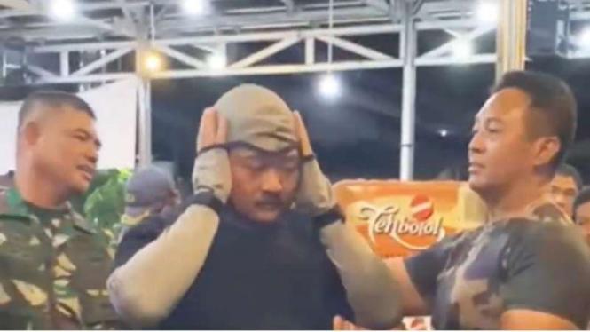 VIVA Militer:Jenderal TNI Andika Perkasa saksikan demonstrasi pakaian anti-sajam