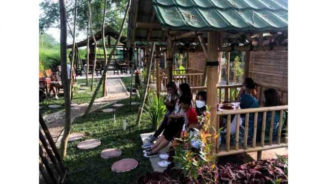 Suasana dari gazebo resto Tilik Sawah Desa Sirahan Salam Magelang, Jawa Tengah