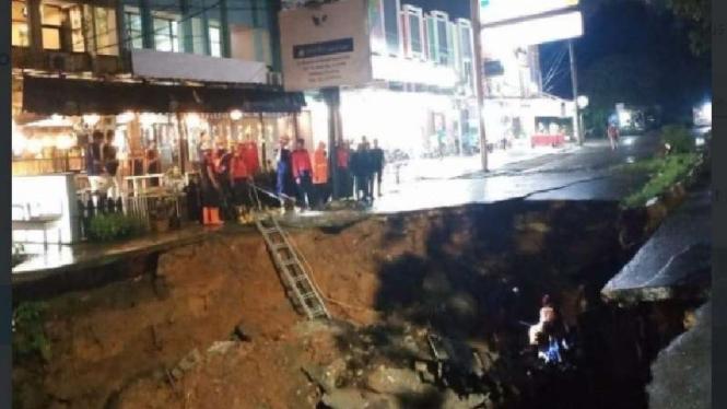 Kondisi jalan ambles di depan GDC Depok