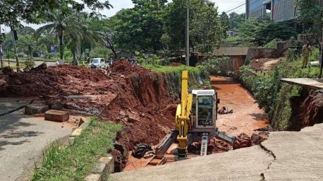 Jalan di GDC Depok amblas diduga longsor