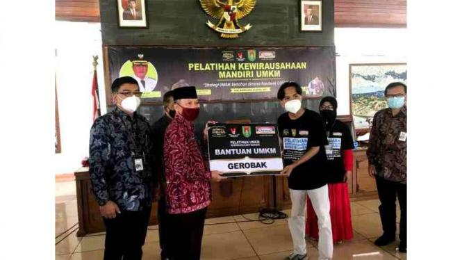 Sekretaris Daerah Kabupaten Magelang Adi Waryanto menyerahkan bantuan gerobak pada UMKM setempat.