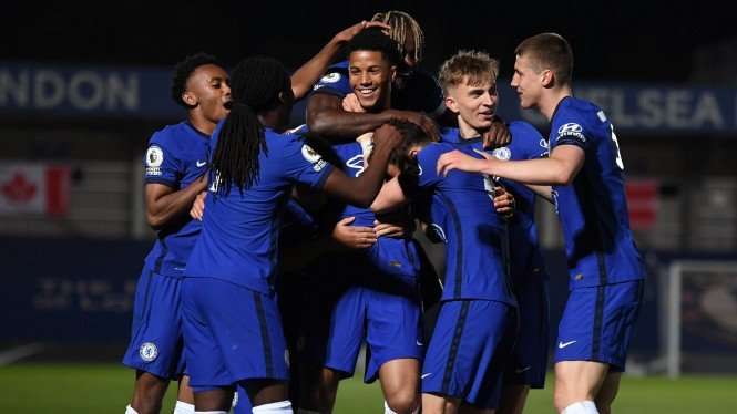 Xavier Mbuyamba (tengah) merayakan gol untuk Chelsea