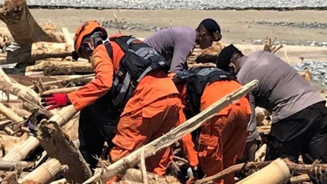 Tim SAR gabungan masih mencari 22 korban yang belum ditemukan akibat bencana banjir lahar hujan dari puncak Gunung Ile Lewotolok di Kabupaten Lembata, Nusa Tenggara Timur (NTT), Selasa, 13 April 2021.