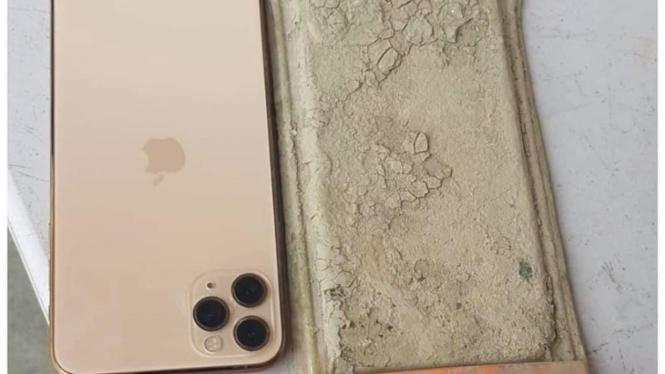 Kondisi iPhone 11 Pro Max yang jatuh ke dasar danau satu tahun lalu.