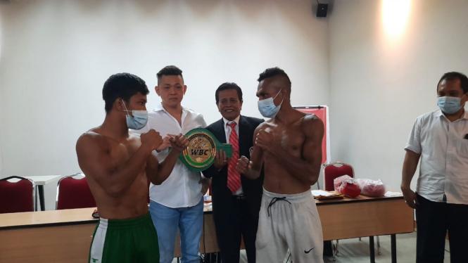 Promotor Armin Tan (kemeja putih) bersama Tito (kiri) dan Tibo (kanan, celana pu