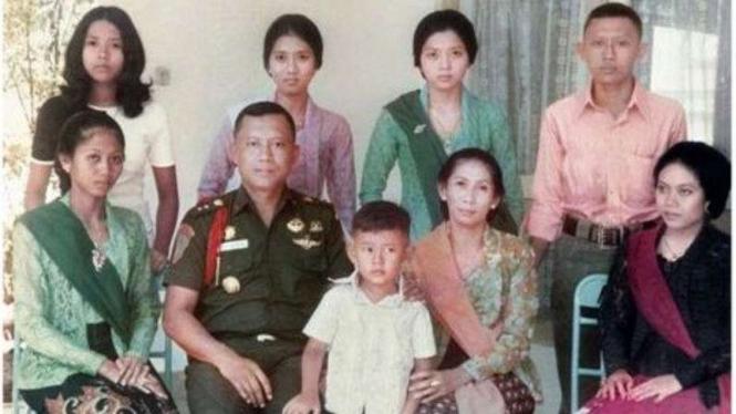 VIVA Militer:  Sri Sunarti Hadiyah (kedua dari kanan bawah)