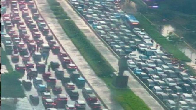 Situasi kemacetan di Jalan Sudirman, Jakarta Selatan Rabu 14 April 2021