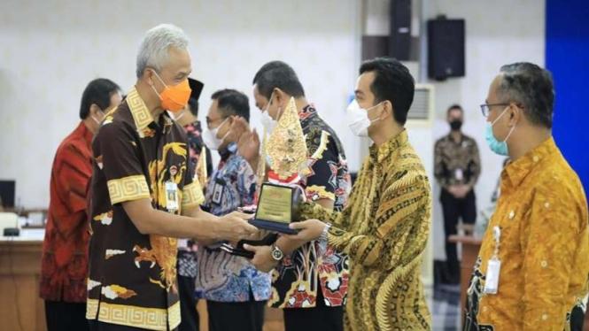 Gubernur Jateng memberikan penghargaan pembangunan daerah terbaik