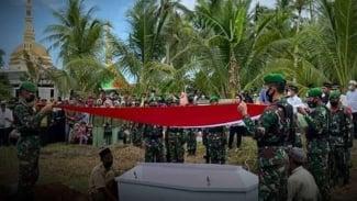 VIVA Militer: Prosesi pemakaman militer Prada Syarif.