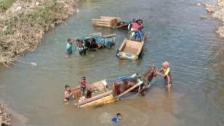 VIVA Militer: Pasukan gerobak kuda bantu pembangunan jembatan di Bima