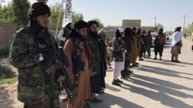 Pasukan Taliban berjaga di pos pemeriksaan di Afghanistan