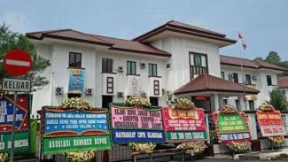 Deretan papan bunga untuk dukung pengusutan dugaan korupsi Damkar Depok