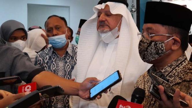 Dubes Saudi untuk RI Esam Abid Altaghfi  (tengah)