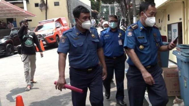 Tiga pejabat Dinas Damkar Depok tiba di Polres Metro Depok